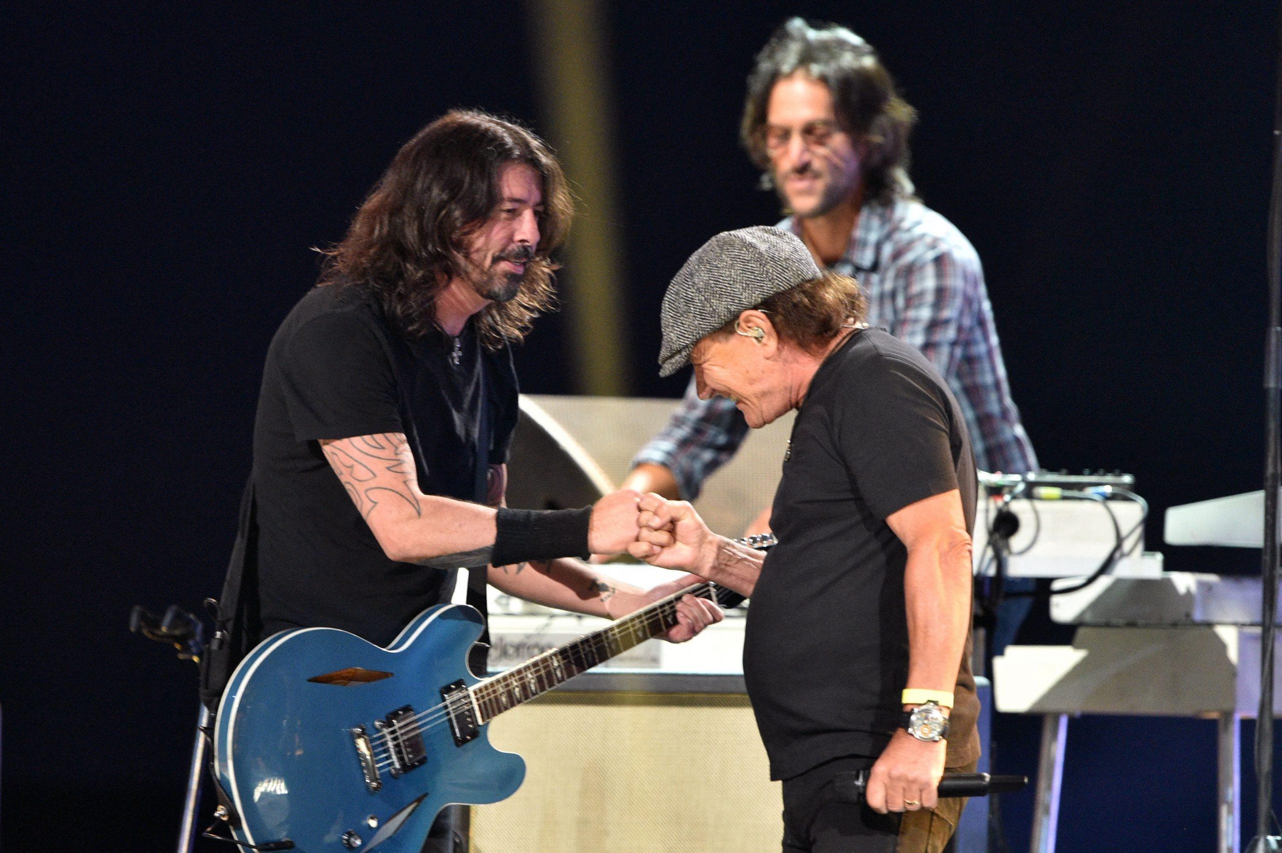 Brian Johnson y Foo Fighters